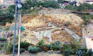 La pendice rocciosa sita tra via Discesa dei Cappuccini e via Umberto